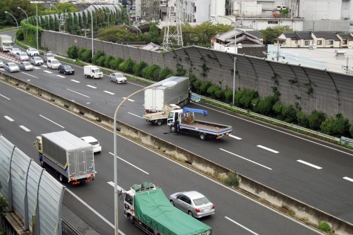 交通事故 原因 落下物